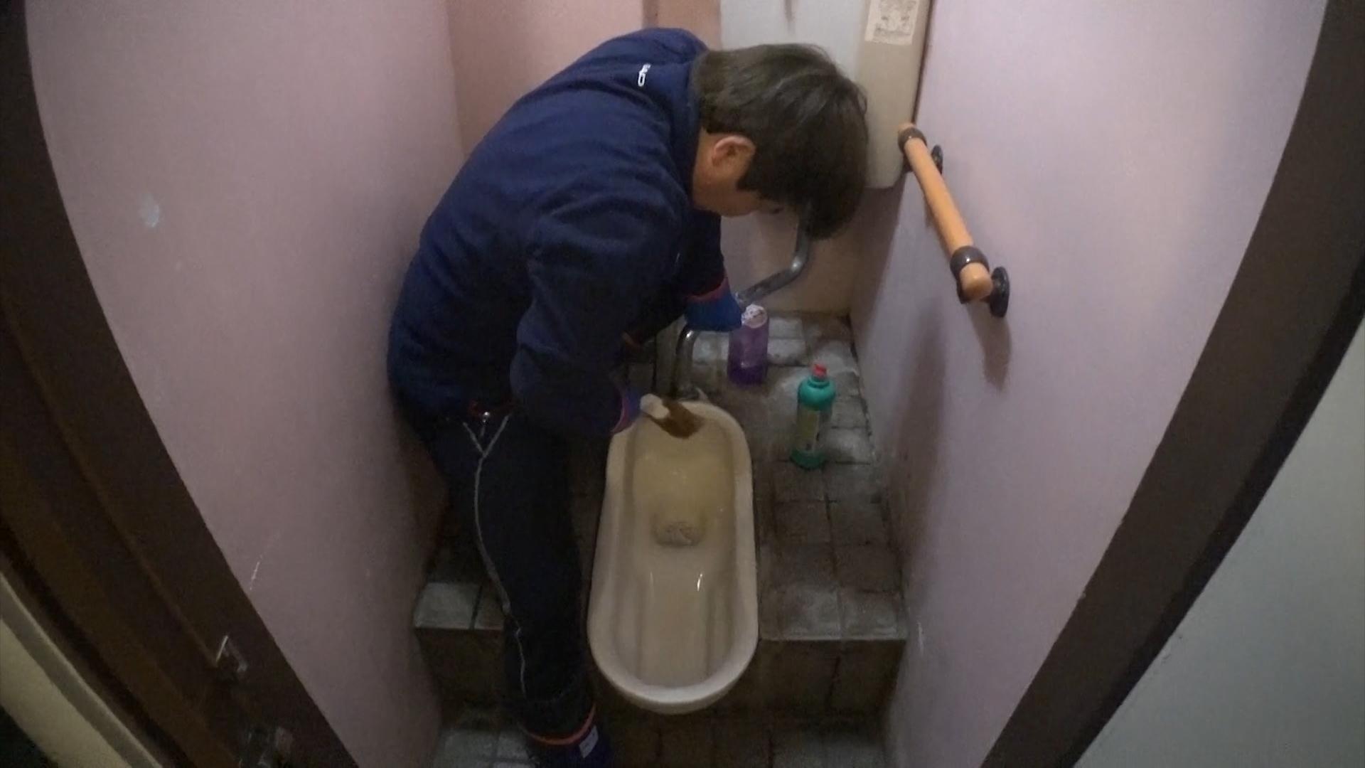 [MBC 다큐스페셜] 배우 정은표, 온천마을 화장실 청소하며 '생존기' 이미지-1