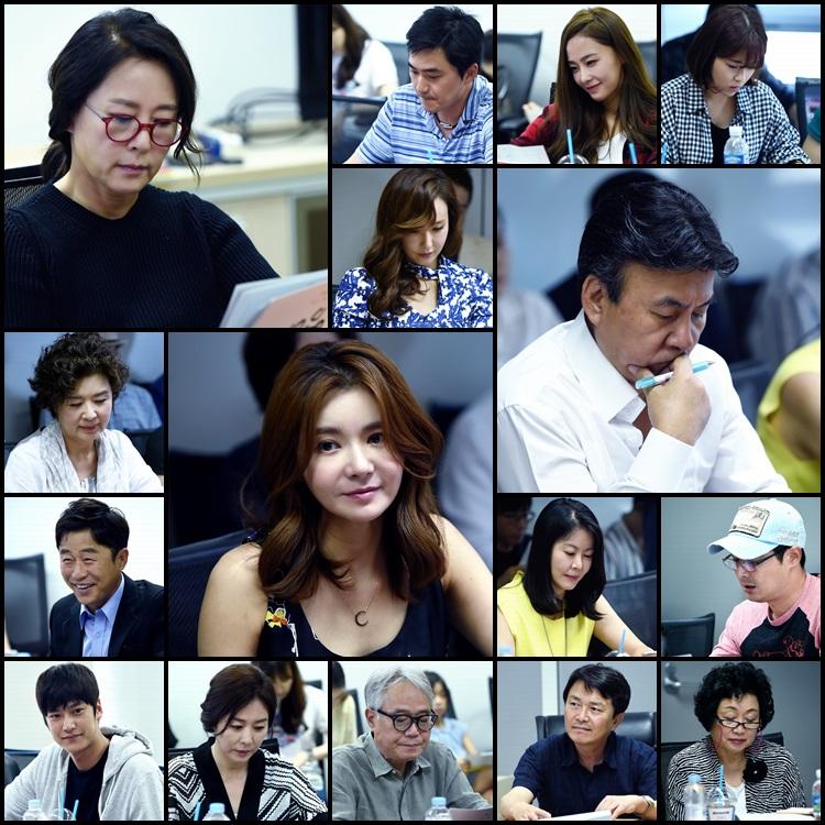 <엄마> 대본리딩 속 배우들, '캐릭터 속에 벌써 푹 빠졌네~' 이미지-1